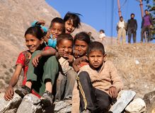 Grupp av nepalese barn nära den Kolti byn, Nepal Arkivbild