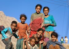 Grupp av nepalese barn nära den Kolti byn, Nepal Arkivfoton