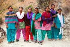 Grupp av nepalese skolaungdomarnära den Kolti byn Royaltyfria Foton