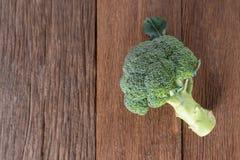 Grupp av ny grön broccoli på den wood plattan Royaltyfri Foto