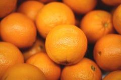Grupp av nya apelsiner på marknaden, bunt av apelsiner arkivbilder