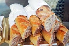 Grupp av nya bagetter på fransk marknad Royaltyfria Foton