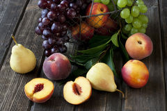 Grupp av nya frukter på wood bakgrund Royaltyfri Bild
