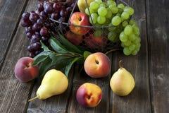 Grupp av nya frukter på wood bakgrund Arkivbild
