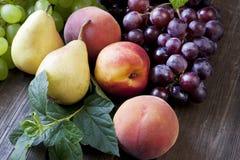 Grupp av nya frukter på wood bakgrund Royaltyfria Bilder