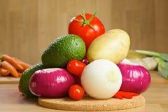 Grupp av nya grönsaker på ett träbräde Arkivfoton