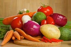 Grupp av nya grönsaker på ett träbräde Arkivbilder