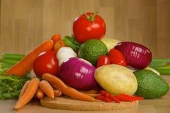 Grupp av nya grönsaker på ett träbräde Royaltyfri Fotografi