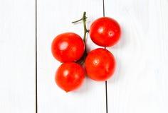 Grupp av nya mogna tomater på trävit bakgrund Royaltyfria Foton