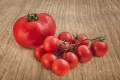 Grupp av nya saftiga tomater på den lantliga trätabellen Arkivfoton