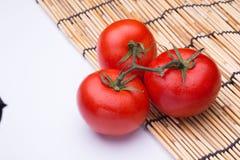 Grupp av nya tomater med vattendroppar Arkivbild