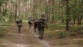 Grupp av oidentifierat beträffande-enactors klätt som den tyskWehrmacht soldaten Walk In Forest stock video