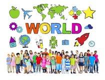 Grupp av olika barn med världsbegrepp Arkivfoto