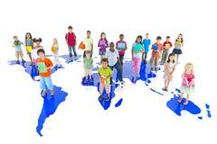 Grupp av olika barn med världskartan Fotografering för Bildbyråer