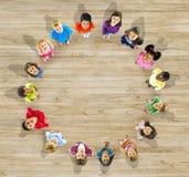 Grupp av olika barn som ser upp Arkivbild