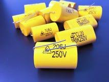 Grupp av olika format för audiophile metall-film axiella kondensatorer arkivbild
