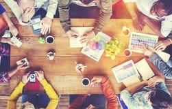 Grupp av olika formgivare som har ett mötebegrepp royaltyfri fotografi
