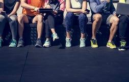 Grupp av olika idrottsman nen som tillsammans sitter royaltyfri fotografi