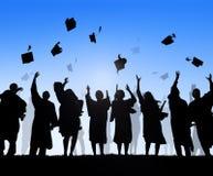 Grupp av olika internationella studenter som firar avläggande av examen Royaltyfria Foton