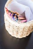 Grupp av olika kulöra blyertspennor i hantverkask Arkivbilder