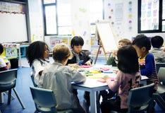 Grupp av olika studenter på daycare arkivbild