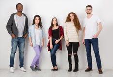 Grupp av olika studenter som inomhus står i linje Royaltyfri Fotografi
