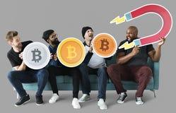 Grupp av olika vänner med cryptocurrencybegrepp arkivfoto