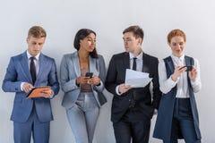 Grupp av olikt affärsfolk, i att stå för dräkter royaltyfri bild