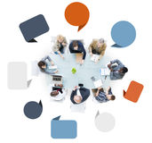 Grupp av olikt affärsfolk i ett möte Arkivfoto