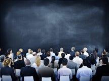 Grupp av olikt affärsfolk i ett seminarium arkivfoto