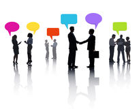 Grupp av olikt affärsfolk som delar idéer med den färgrika anförandebubblan Royaltyfri Fotografi