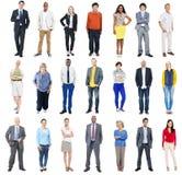 Grupp av olikt färgglat gladlynt folk arkivfoto