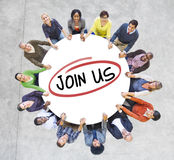 Grupp av olikt folk i en cirkel som inviterar Royaltyfria Bilder