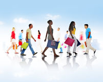 Grupp av olikt folk som går med shoppingpåsar Royaltyfri Foto