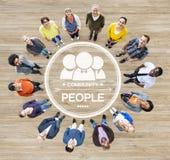 Grupp av olikt multietniskt folk som bildar en cirkel arkivfoton