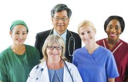 Grupp av olikt multietniskt medicinskt folk royaltyfria foton