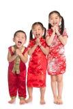 Grupp av orientaliska barn som önskar dig ett lyckligt kinesiskt nytt år Royaltyfri Bild