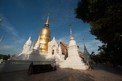 Grupp av pagoden av den Wat Suan Dok templet i Chiang Mai Royaltyfri Foto