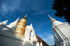 Grupp av pagoden av den Wat Suan Dok templet i Thailand Arkivfoton
