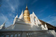 Grupp av pagoden av den Wat Suan Dok templet i Thailand Royaltyfria Bilder