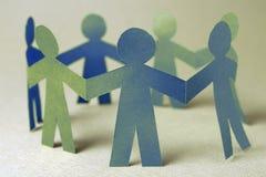 Grupp av pappers- chain folk Arkivbild