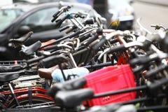 Grupp av parkerade cyklar Royaltyfri Fotografi