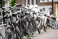 Grupp av parkerade cyklar Arkivfoto