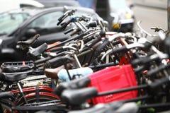 Grupp av parkerade cyklar Arkivbild
