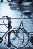 Grupp av parkerade cyklar Arkivfoton