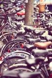 Grupp av parkerade cyklar Fotografering för Bildbyråer