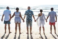 Grupp av pensionärer på stranden fotografering för bildbyråer