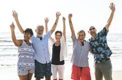 Grupp av pensionärer på stranden royaltyfri bild