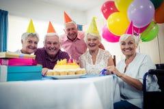 Grupp av pensionärer som firar en födelsedag royaltyfri bild