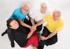 Grupp av pensionärer som gör sporten royaltyfria foton